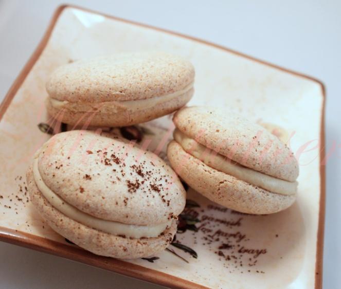 Macarons cu vanilie si crema de cafea