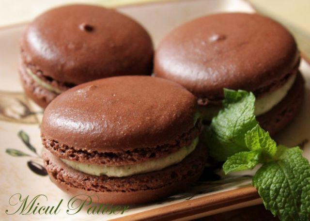 Macarons cu cacao si crema de menta