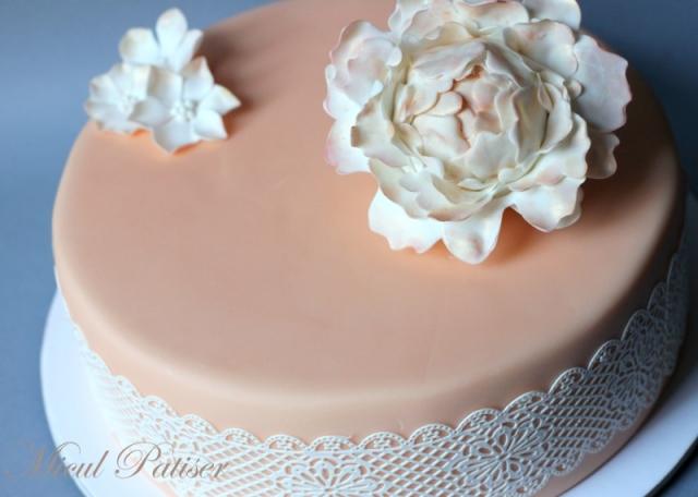 Tort elegant floare si dantela